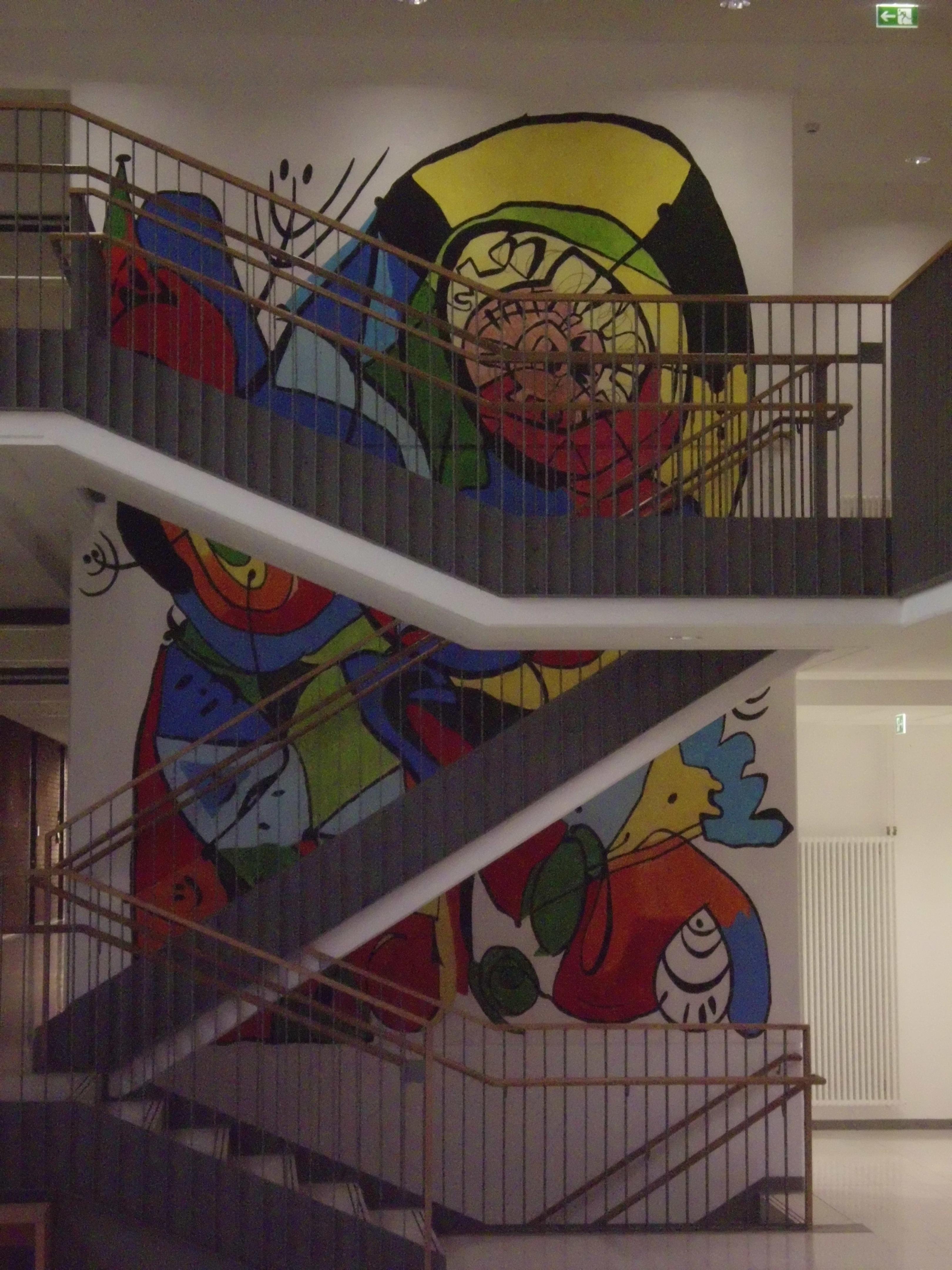 Bunte Wandmalerei in der Aula einer Förderschule in Hösbach