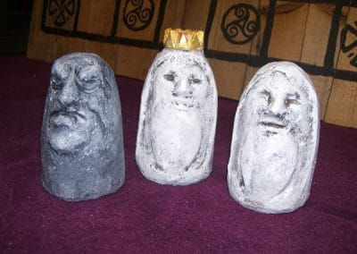 Brandu: Gipsfiguren auf antikem Brett 2