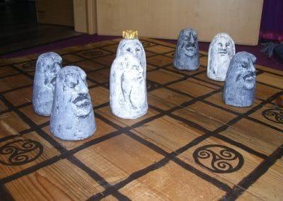 Brandu: Gipsfiguren auf antikem Brett 1