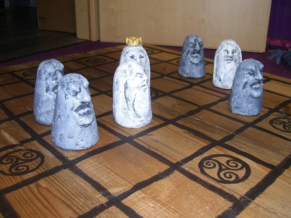 Brandu: Gipsfiguren auf antikem Brett